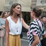 """Cristina Chiabotto, shopping a Milano con il vestito """"juventino"""