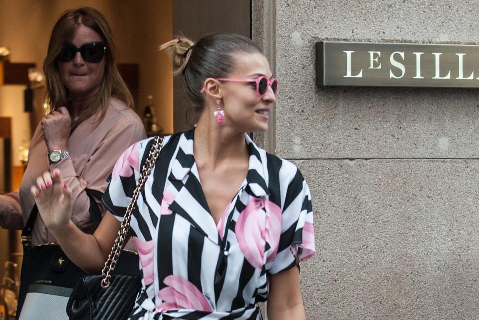 """Cristina Chiabotto, shopping a Milano con il vestito """"juventino04"""