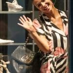 """Cristina Chiabotto, shopping a Milano con il vestito """"juventino06"""