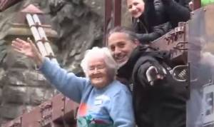 Bungee jumping a 91 anni: l'impresa di nonna Mary VIDEO