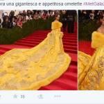 """Met Gala, Rihanna con strascico giallo XXL. Derisa sui social: """"E' un'omelette"""" FOTO io"""
