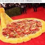 """Met Gala, Rihanna con strascico giallo XXL. Derisa sui social: """"E' un'omelette"""" FOTO hj"""