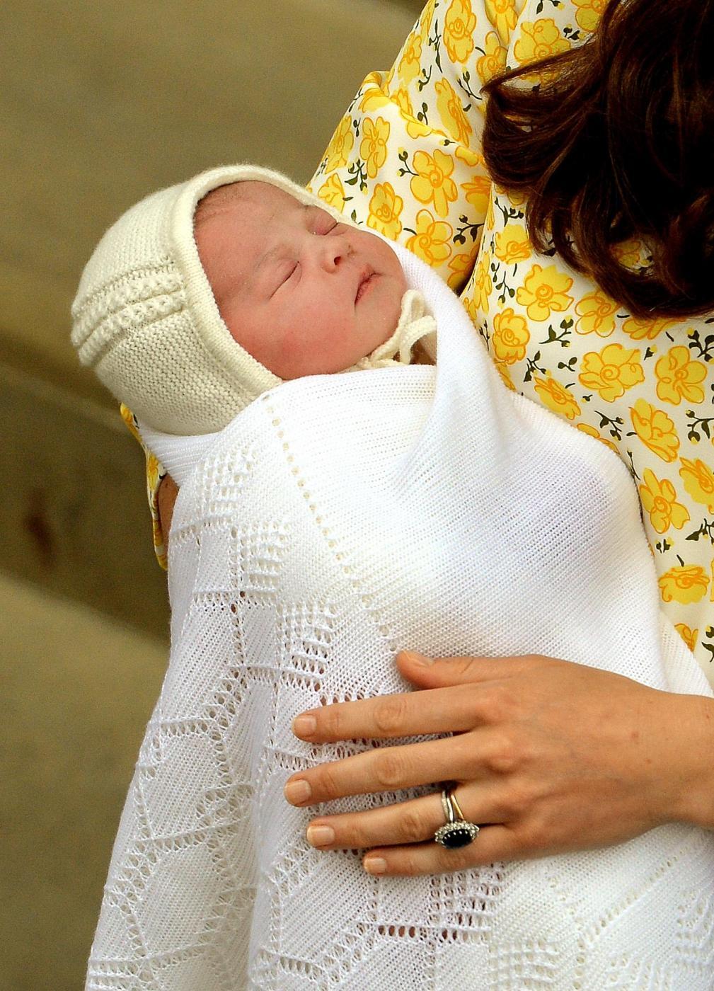 Royal Baby in braccio a Kate che esce dall'ospedale 09