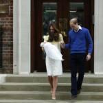 Royal Baby in braccio a Kate che esce dall'ospedale 16