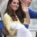 Royal Baby in braccio a Kate che esce dall'ospedale 03