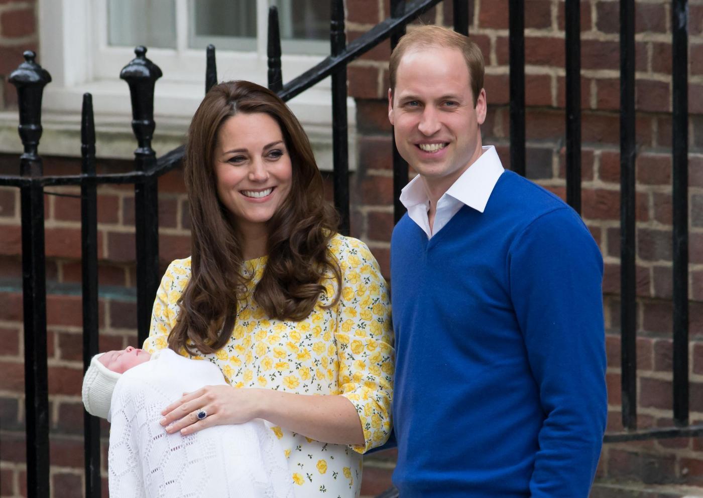 Royal Baby in braccio a Kate che esce dall'ospedale 06