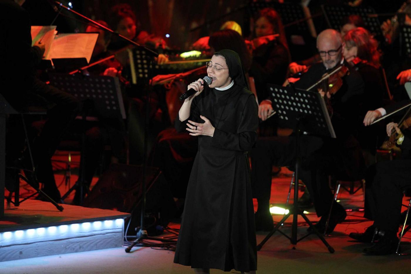 Anna Tatangelo e Suor Cristina insieme: duetto sul palco del Pala Banco a Brescia