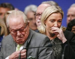 Guerra dei Le Pen. Marine caccia il padre dal partito, lui vuole far cambiare nome alla figlia