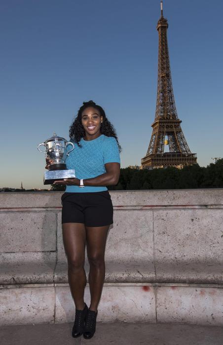 Serena Williams vince Roland Garros: FOTO con trofeo davanti torre Eiffel 7