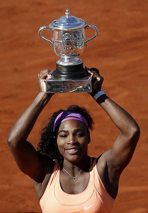 Serena Williams vince Roland Garros: FOTO con trofeo davanti torre Eiffel 04