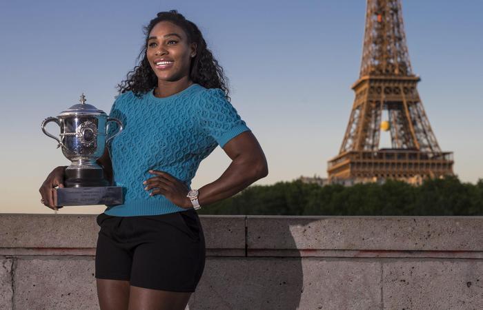Serena Williams vince Roland Garros: FOTO con trofeo davanti torre Eiffel 06