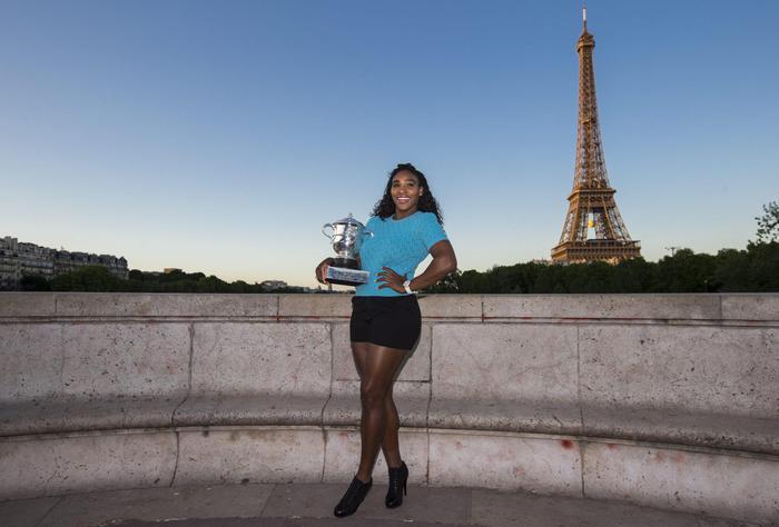 Serena Williams vince Roland Garros: FOTO con trofeo davanti torre Eiffel 05