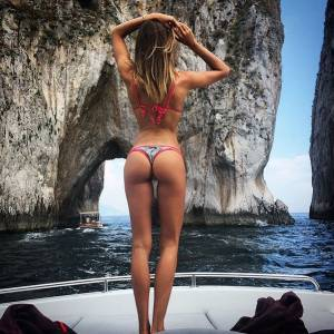 Alessia Tedeschi sirenetta a Capri: bikini da urlo FOTO