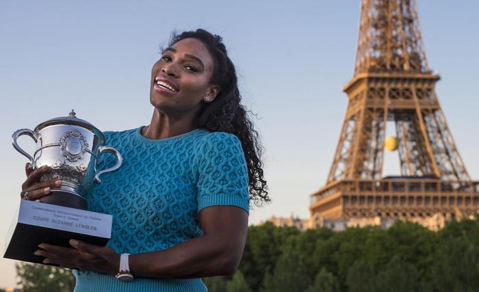 Serena Williams vince Roland Garros: FOTO con trofeo davanti torre Eiffel