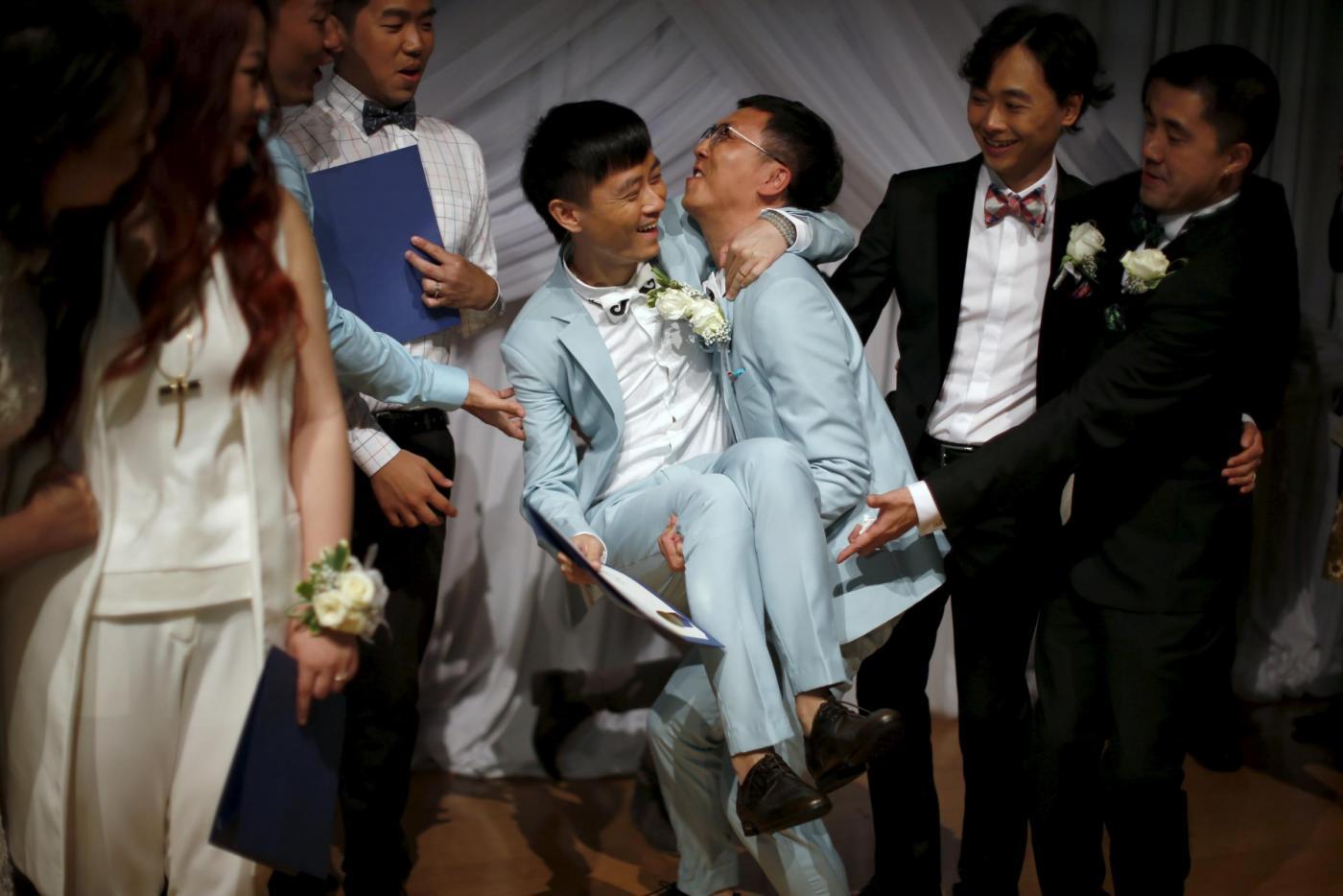 Sette coppie omosessuali cinesi si sposano a Los Angeles18