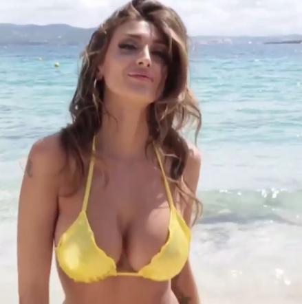 Cristina Buccino versione bond girl: camminata in spiaggia alla Ursula Andress VIDEO