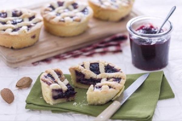 Ricette di dolci: crostatine con crema alle mandorle e ciliegie