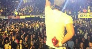 Enrique Iglesias incidente sul palco, poi canta ferito VIDEO