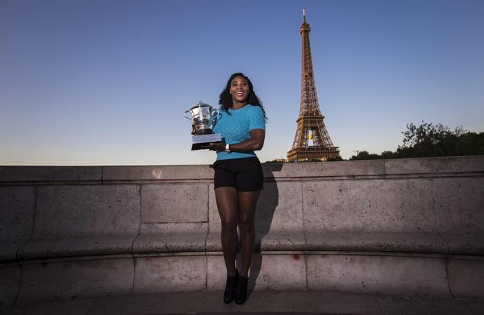 Serena Williams vince Roland Garros: FOTO con trofeo davanti torre Eiffel 11