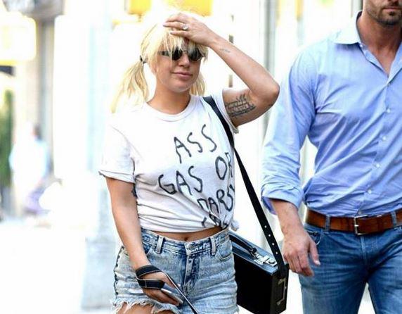 Lady Gaga, stivali invernali e shorts in giro per New York FOTO