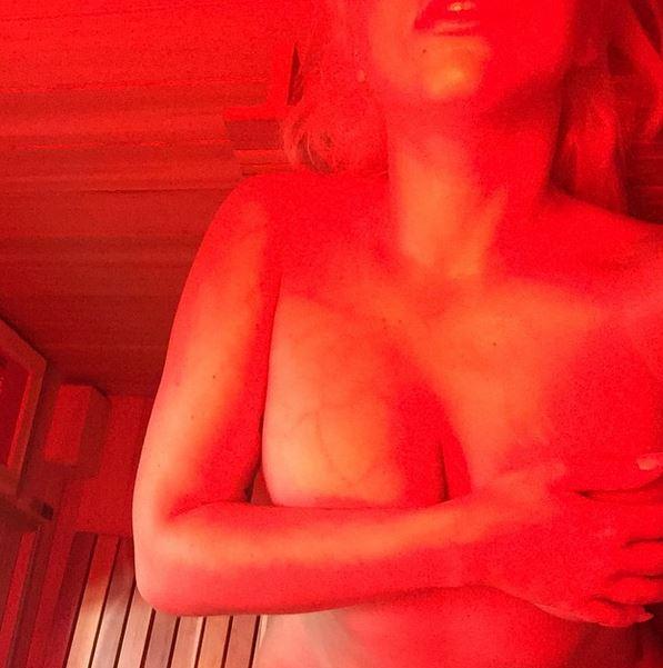 Lady Gaga nuda nella sauna: foto a luci rosse su Instagram