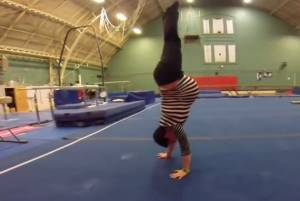 Incinta di 2 gemelli fa la verticale per allenarsi VIDEO