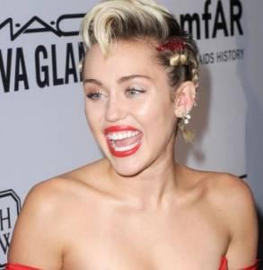 Miley Cyrus regina di cuori, abito rosso firmato Moschino all'AmfAR Gala FOTO