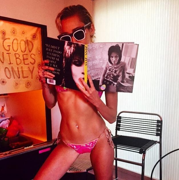 Miley Cyrus con un bikini rosa provoca Instagram FOTO
