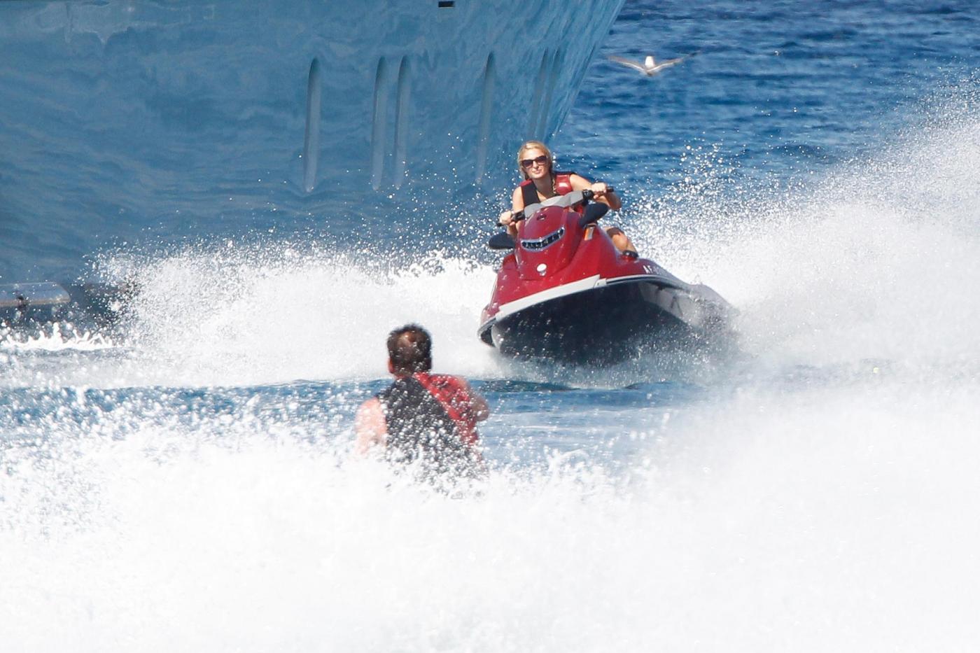 Paris Hilton e fidanzato a Formentera: sole, amore e yacht da sogno13