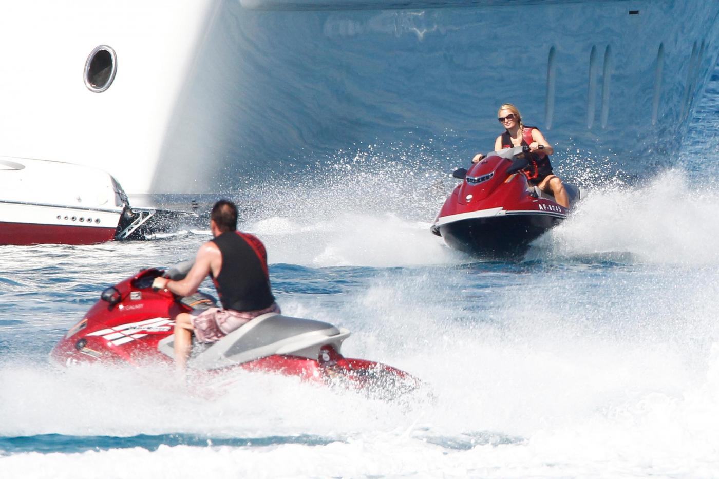 Paris Hilton e fidanzato a Formentera: sole, amore e yacht da sogno14