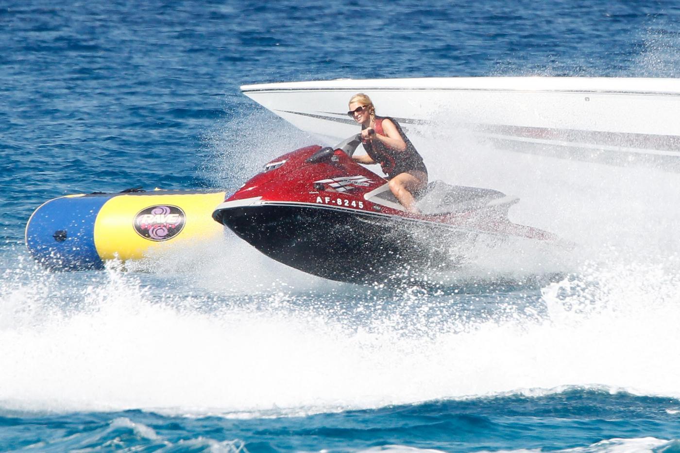 Paris Hilton e fidanzato a Formentera: sole, amore e yacht da sogno15
