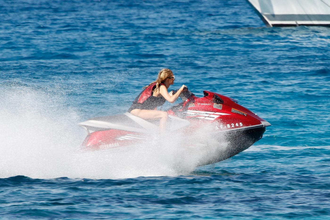 Paris Hilton e fidanzato a Formentera: sole, amore e yacht da sogno16