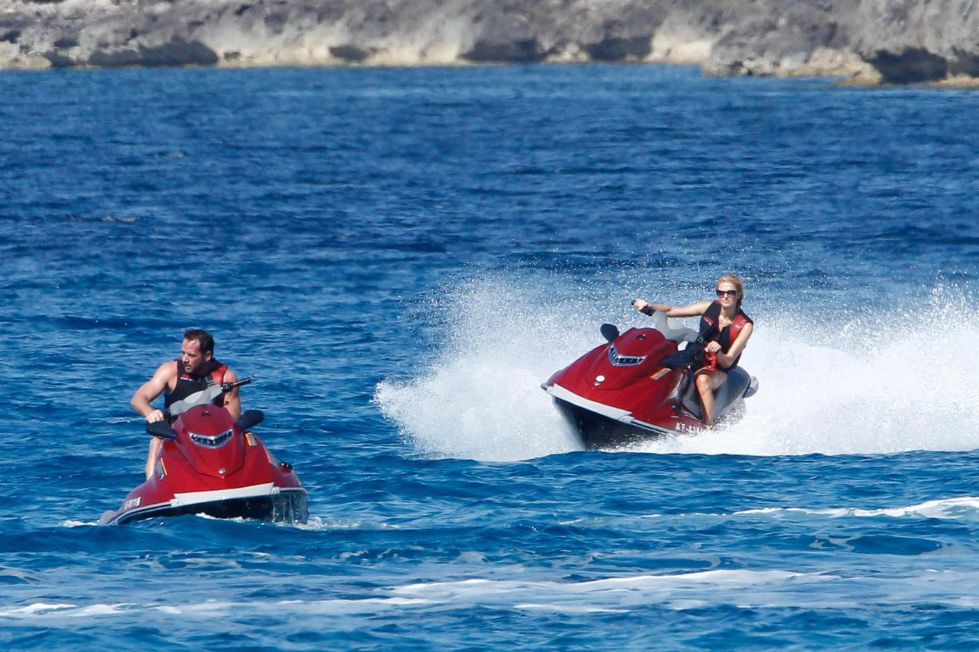 Paris Hilton e fidanzato a Formentera: sole, amore e yacht da sogno17