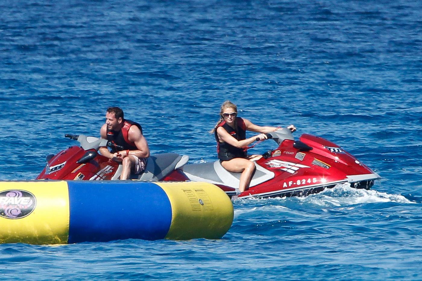 Paris Hilton e fidanzato a Formentera: sole, amore e yacht da sogno18
