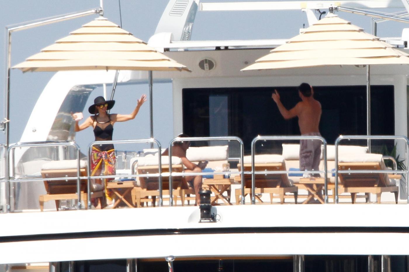 Paris Hilton e fidanzato a Formentera: sole, amore e yacht da sogno02