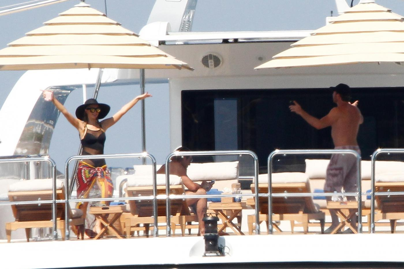 Paris Hilton e fidanzato a Formentera: sole, amore e yacht da sogno03