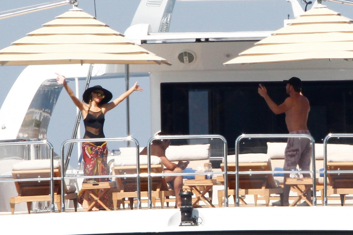 Paris Hilton e fidanzato a Formentera: sole, amore e yacht da sogno04