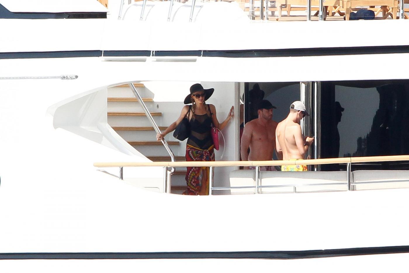 Paris Hilton e fidanzato a Formentera: sole, amore e yacht da sogno08