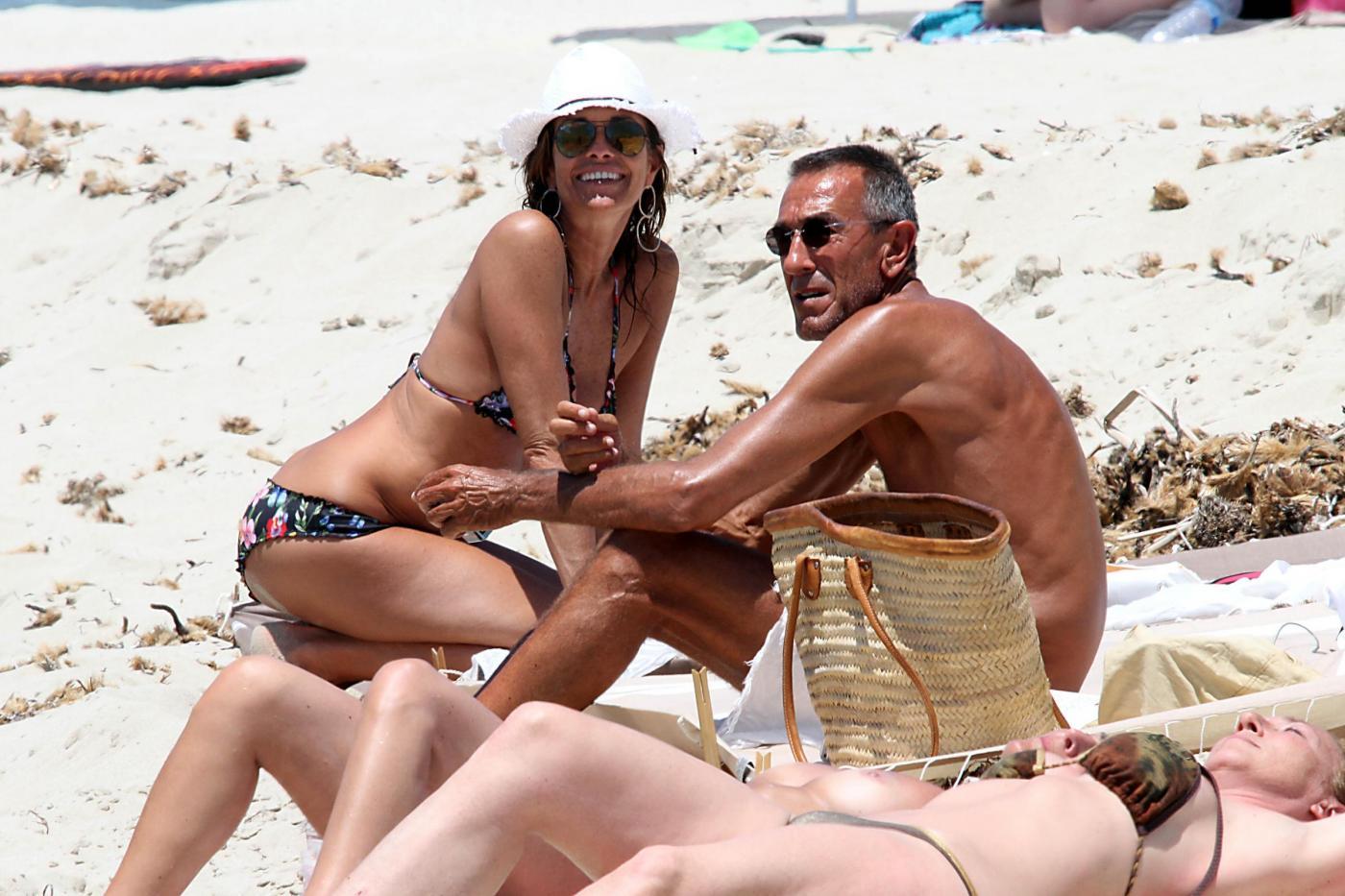 Cristina Parodi, tintarella a Formentera con amiche: topless perfetto a 50 anni 13
