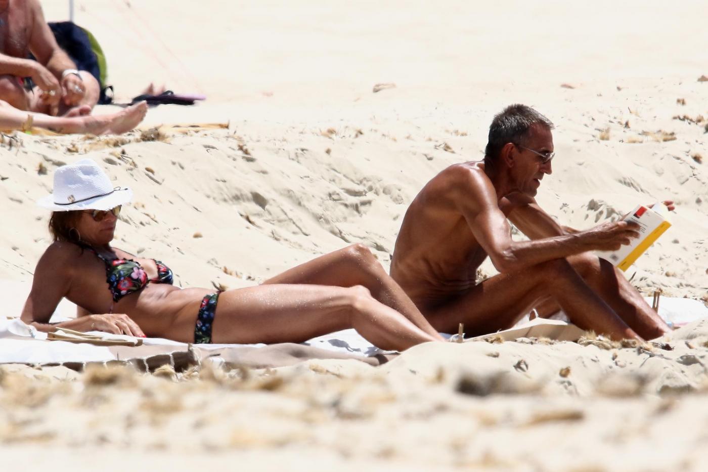 Cristina Parodi, tintarella a Formentera con amiche: topless perfetto a 50 anni 111