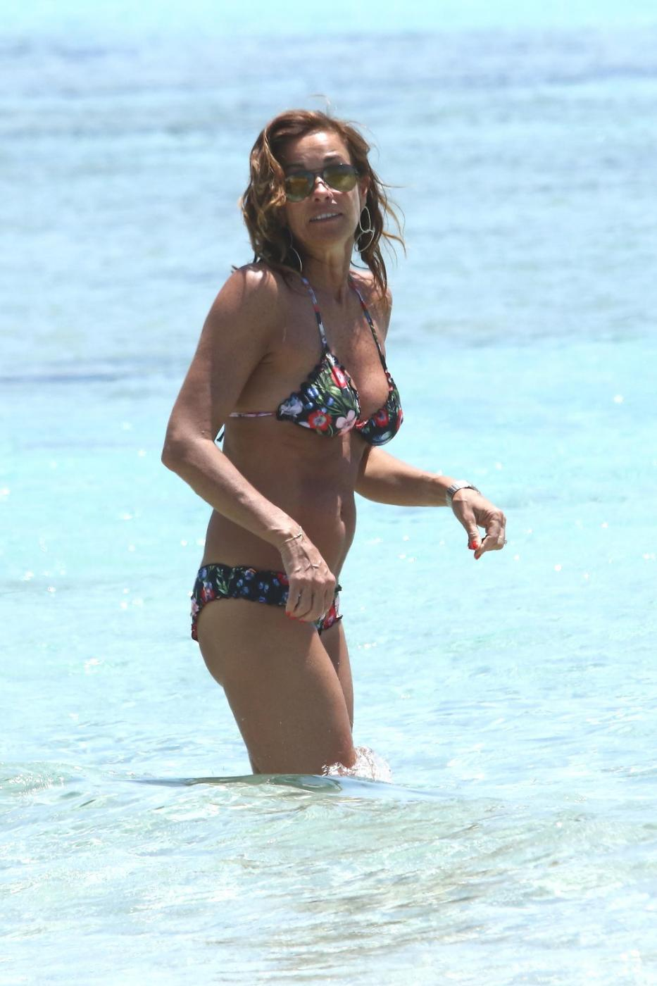 Cristina Parodi, tintarella a Formentera con amiche: topless perfetto a 50 anni 10