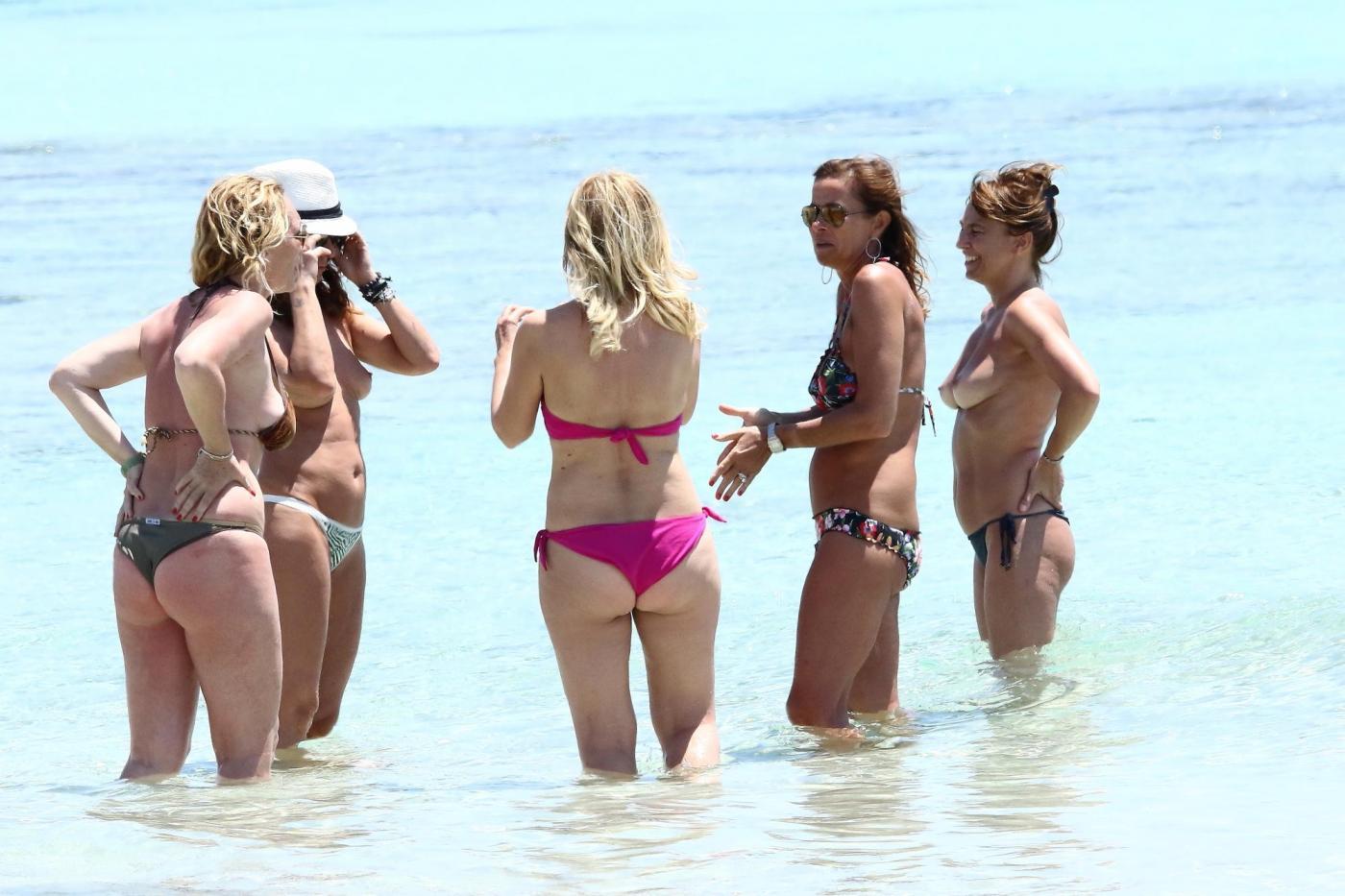 Cristina Parodi, tintarella a Formentera con amiche: topless perfetto a 50 anni 07
