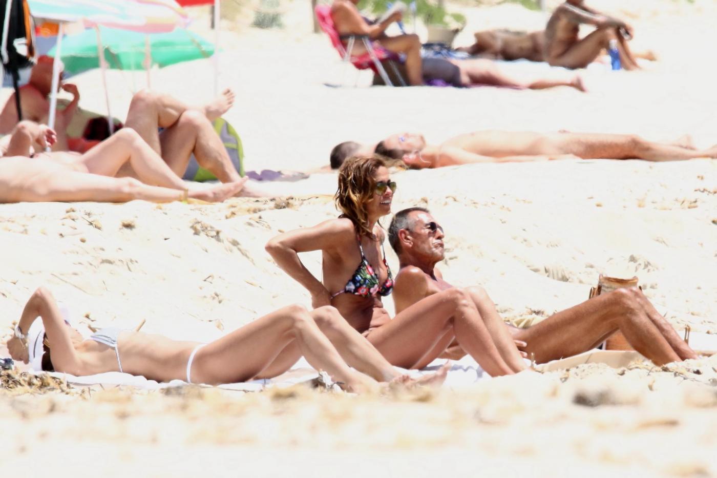 Cristina Parodi, tintarella a Formentera con amiche: topless perfetto a 50 anni 06