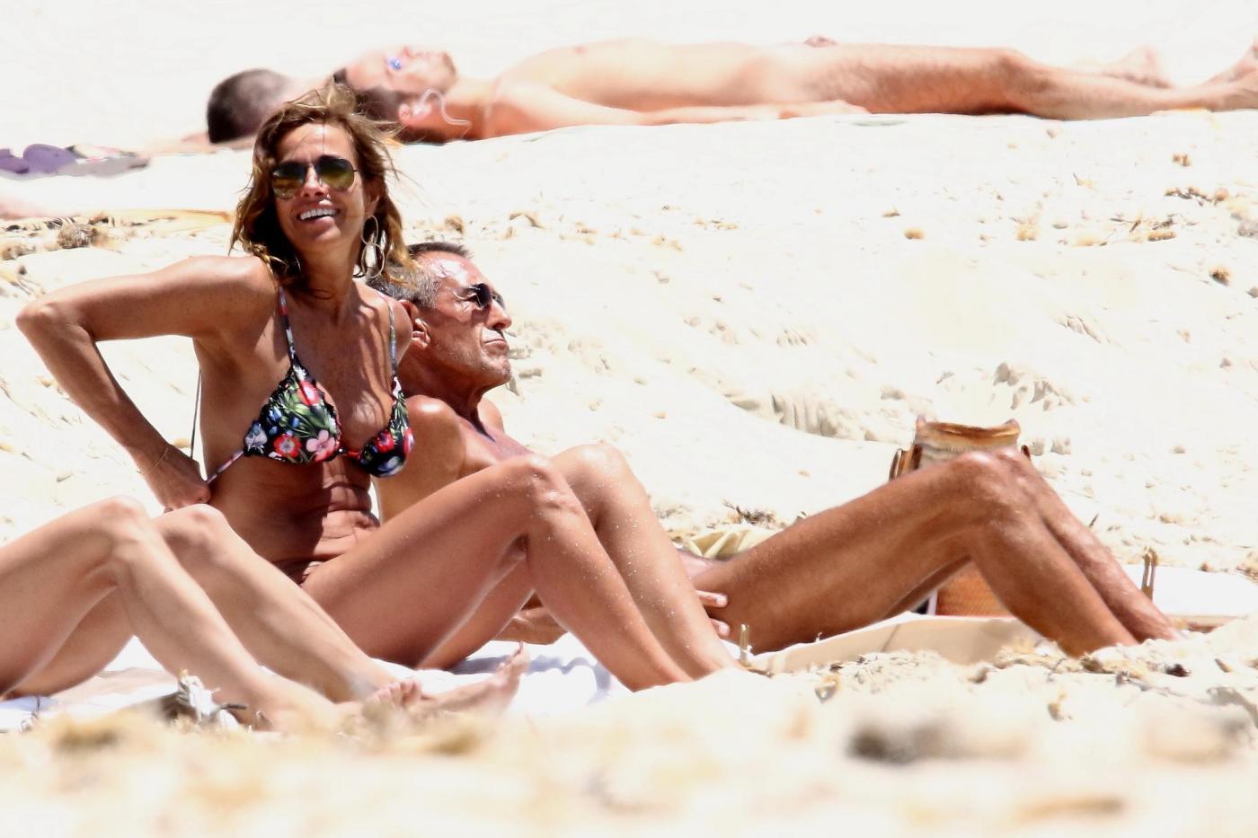 Cristina Parodi, tintarella a Formentera con amiche: topless perfetto a 50 anni 05