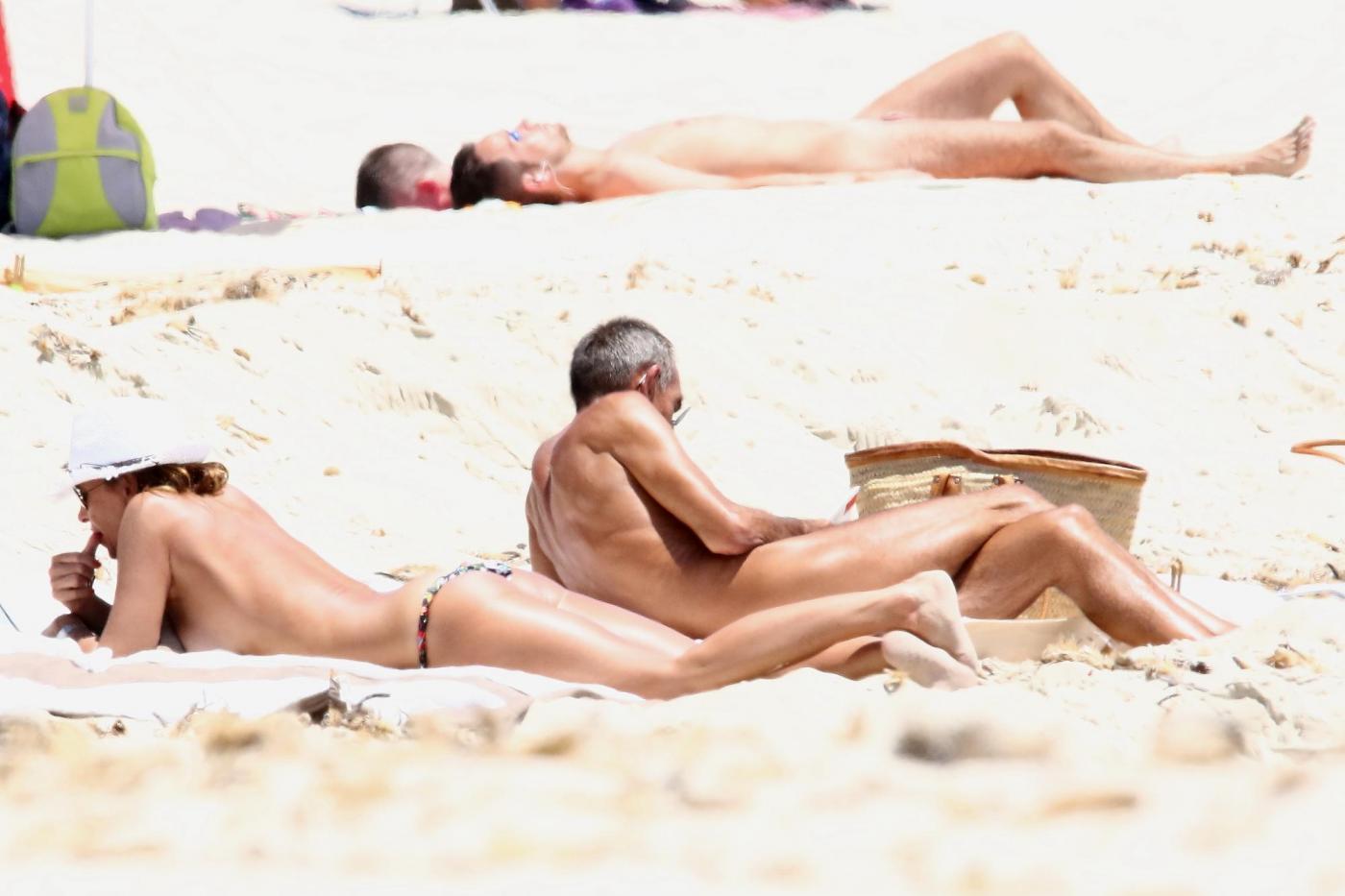 Cristina Parodi, tintarella a Formentera con amiche: topless perfetto a 50 anni 04