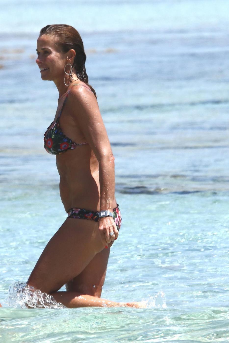 Cristina Parodi, tintarella a Formentera con amiche: topless perfetto a 50 anni 02