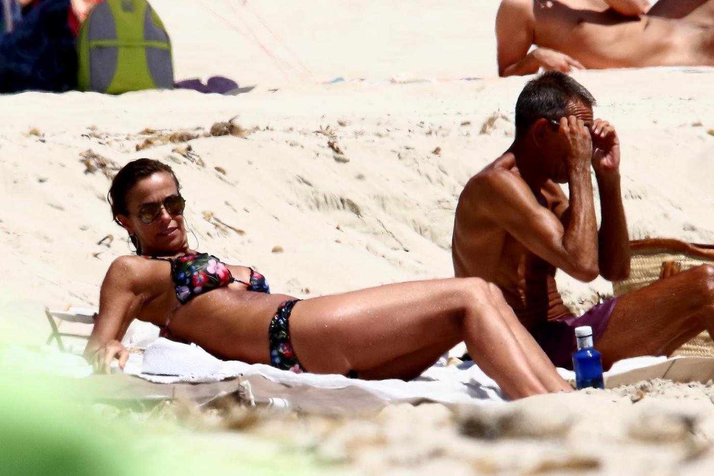 Cristina Parodi, tintarella a Formentera con amiche: topless perfetto a 50 anni