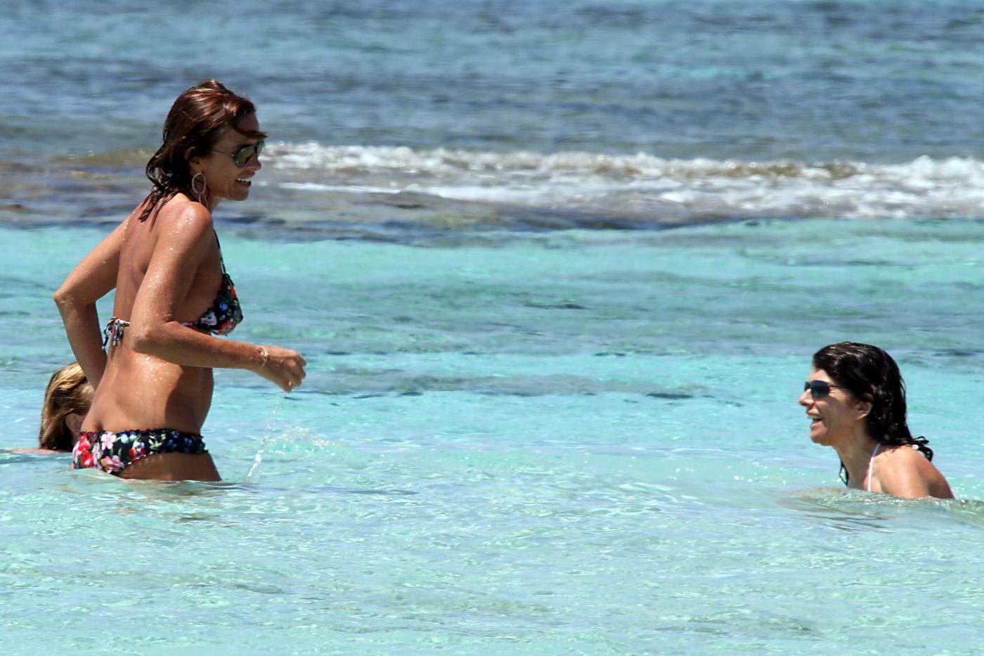 Cristina Parodi, tintarella a Formentera con amiche: topless perfetto a 50 anni 0