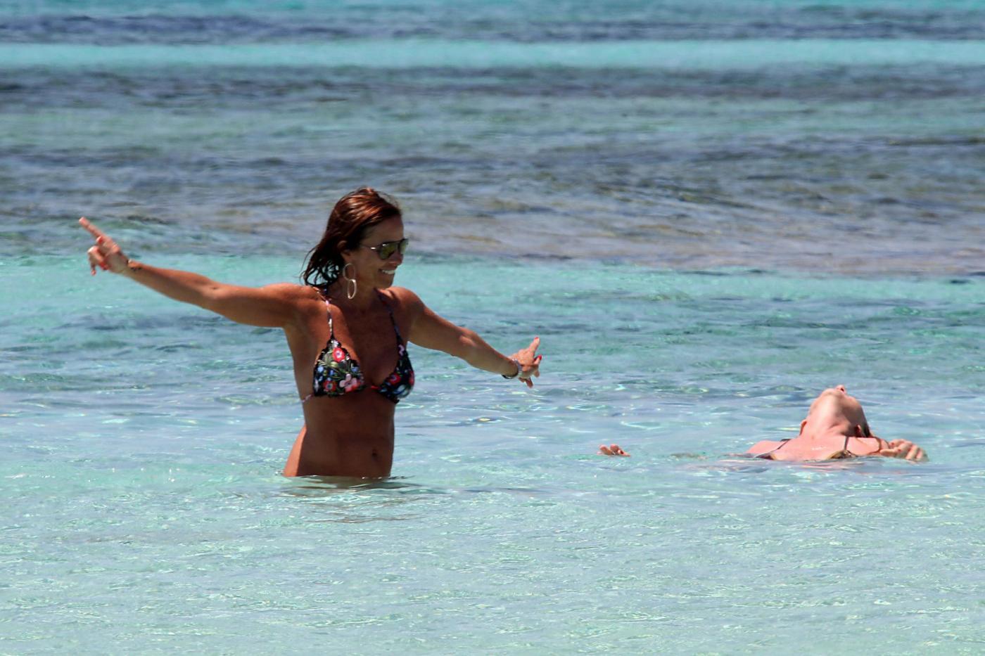 Cristina Parodi, tintarella a Formentera con amiche: topless perfetto a 50 anni 8