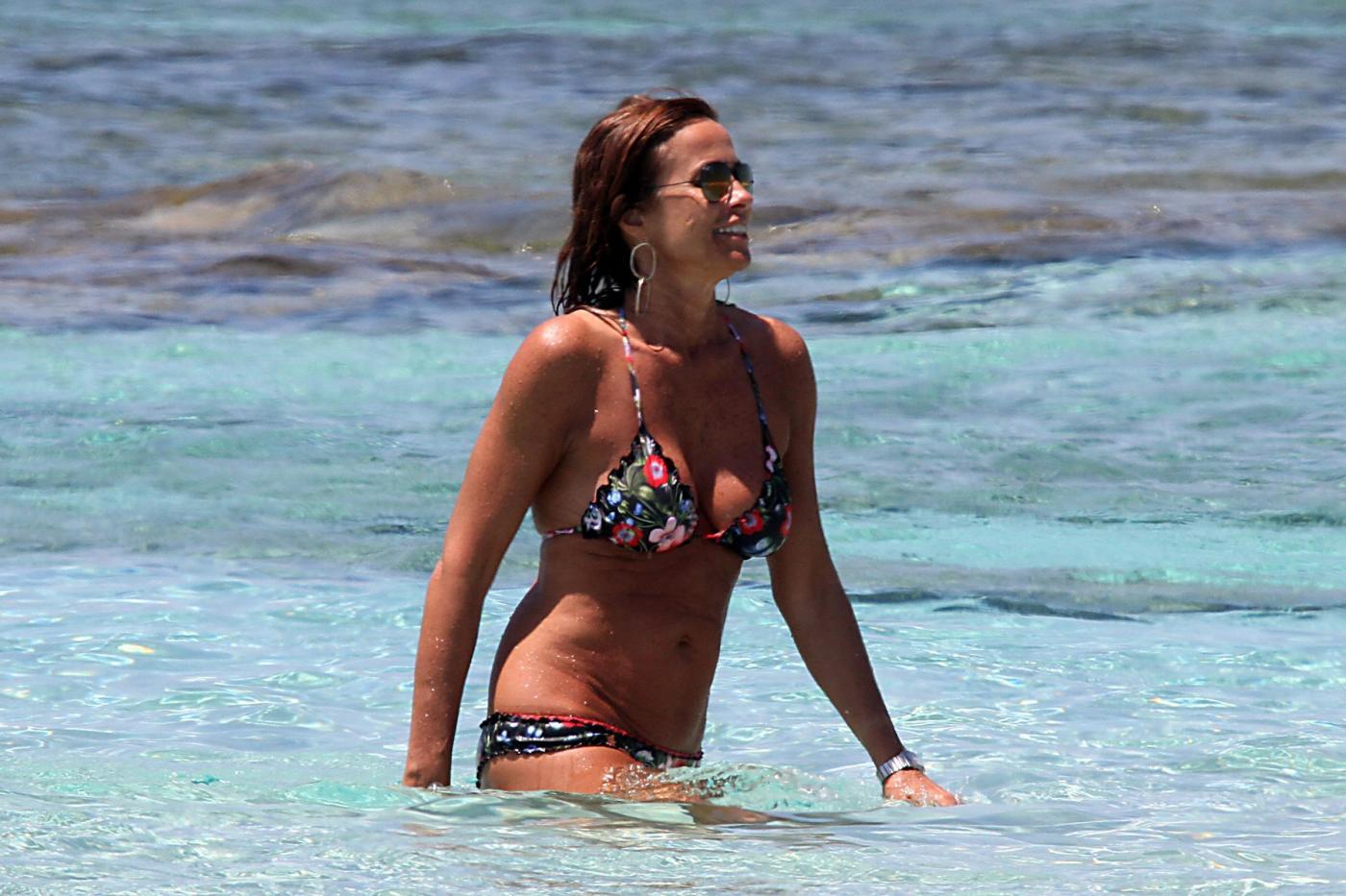 Cristina Parodi, tintarella a Formentera con amiche: topless perfetto a 50 anni 7